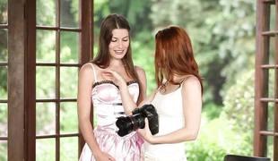 brunette lesbisk kyssing dildo orgasme fitte slikking