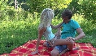 virkelighet tenåring tynn hardcore slikking utendørs blowjob sædsprut fingring par