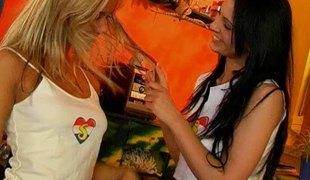 amatør tenåring naturlige pupper langt hår slikking lesbisk lingerie fingring leketøy fitte