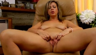 Solo mature chick plays with her sexy pussy