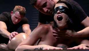 Blindfolded chick enjoys the best threesome shagging of her life