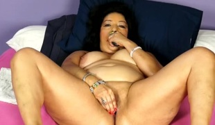 Fat mama with a bald box masturbating in bed