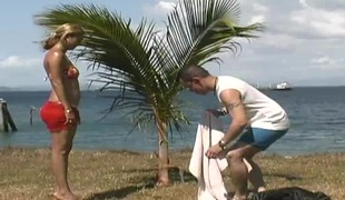 naturlige pupper blonde hardcore slikking utendørs blowjob latina par strand misjonær