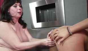 brunette slikking lesbisk fingring moden orgasme fitte slikking