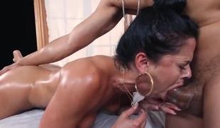 brunette stor rumpe hardcore milf deepthroat store pupper pornostjerne blowjob sædsprut facial