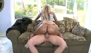 Princess with large butt is good on her way to satisfy her fuck buddy with her pleasing mouth